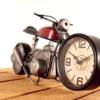 Uhr im Vorderrad eines Motorrads